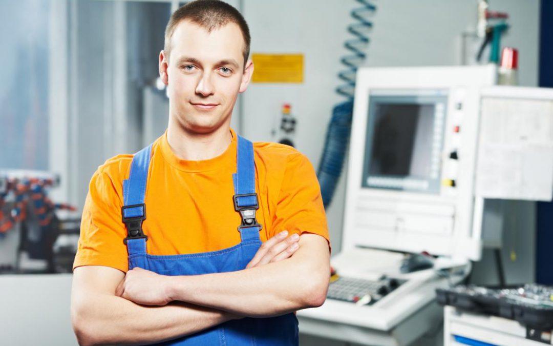 CNC Programmierer und Maschinenbediener