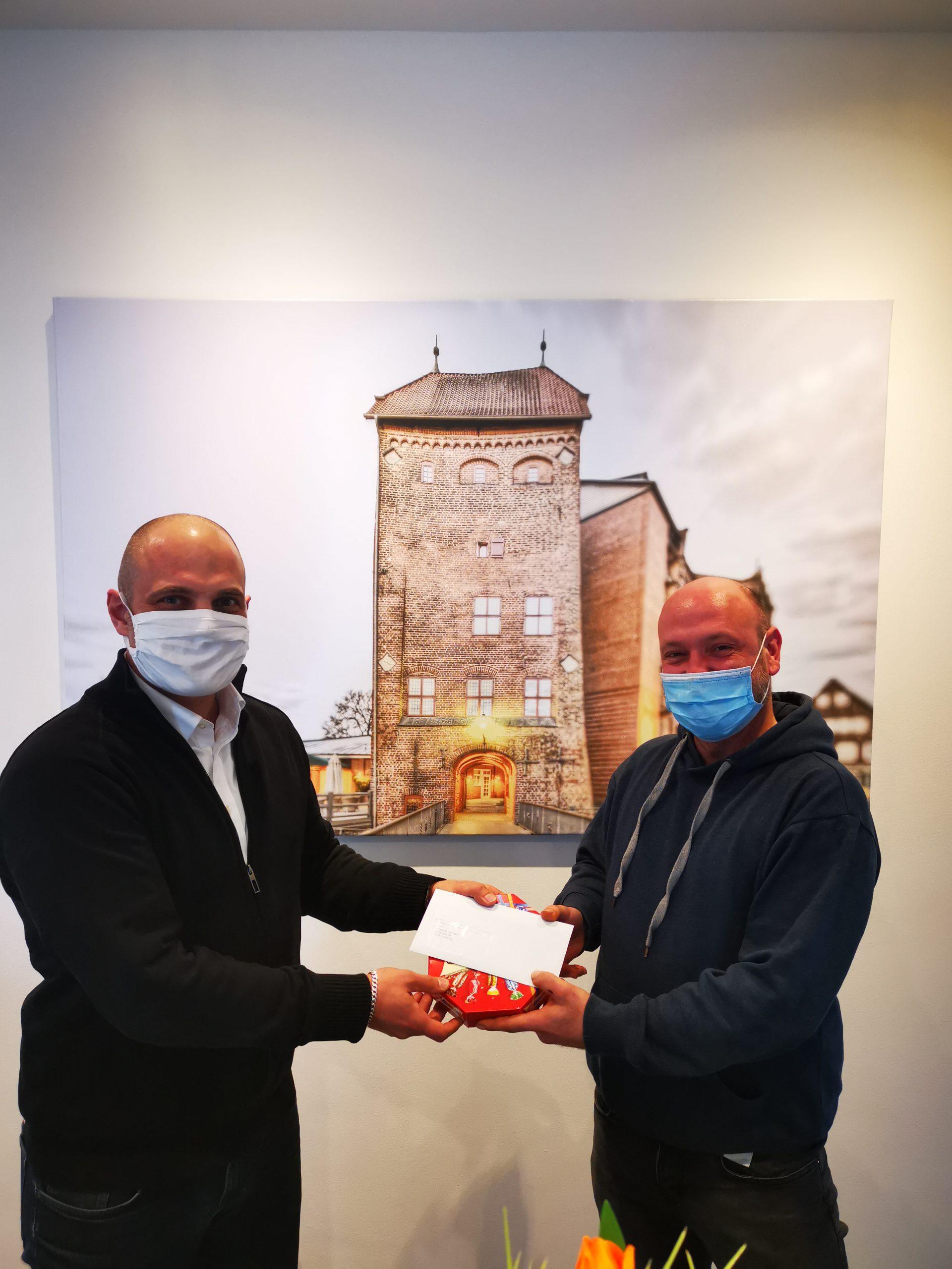 Unser Geschäftsführer Thomas Helbig (links) gratuliert dem Mitarbeitern Herrn Sebastian L. zur erfolgreichen Übernahme beim Kunden.